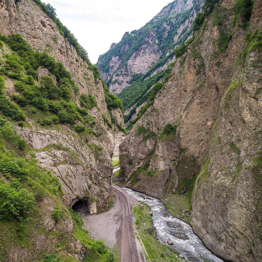 В ущелье протекает река Геналдон, а в&nbsp;верховьях ущелья находятся два ледника: Колка и Майли<br>