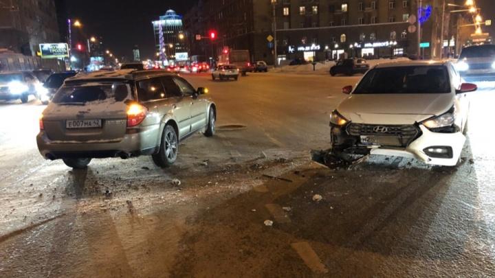 Несколько автомобилей столкнулись в центре Новосибирска