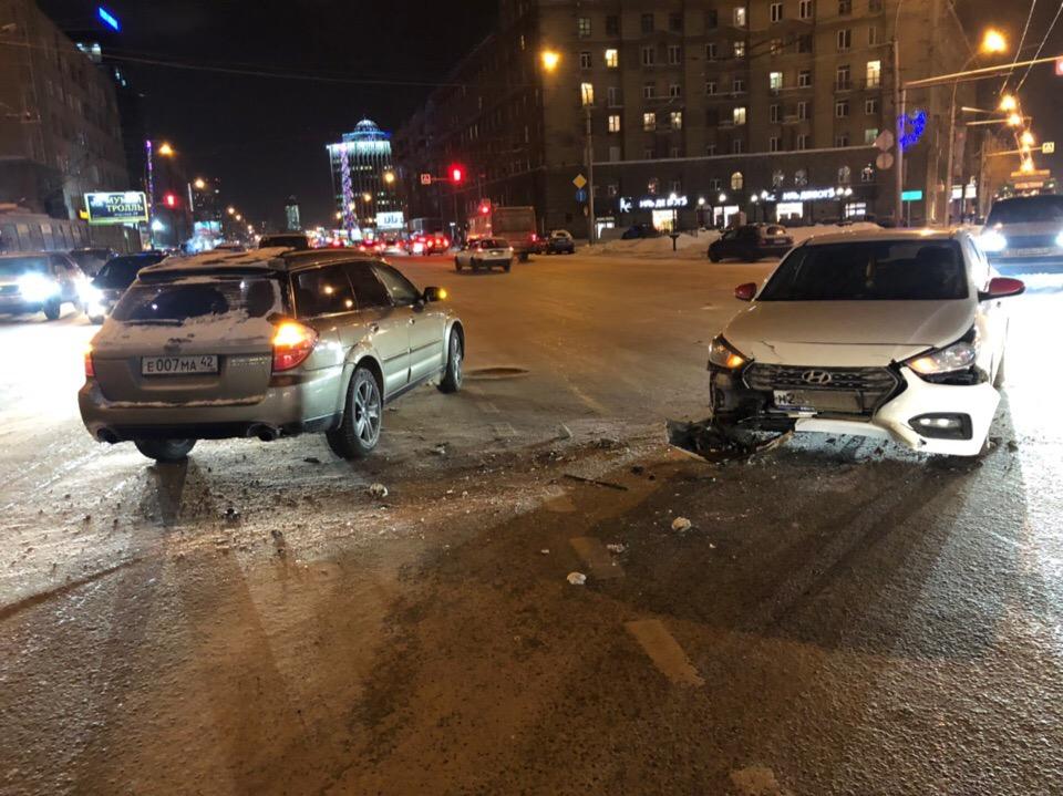 Среди участников аварии — две машины Яндекс.Такси