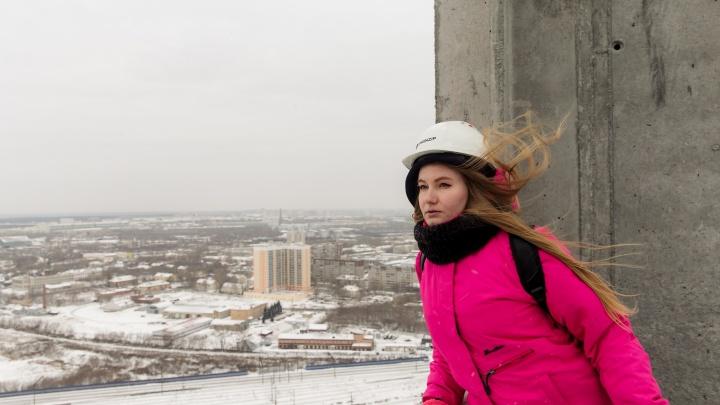 Кружилась голова, и сдувал ветер: уралочка побывала на стройке и взобралась на 100-метровую башню