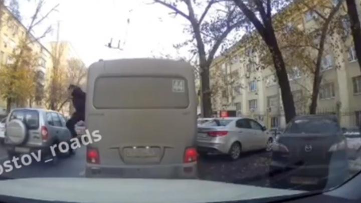 Двое ростовчан сбежали из маршрутки через окно, чтоб не платить за проезд