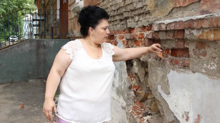 В Ярославле жилой дом разваливается от прикосновения. И чиновники не хотят его трогать
