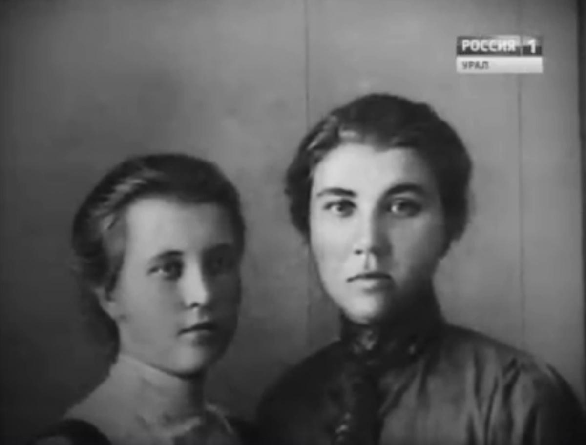 Мария (слева) и Аня — сестры-революционерки