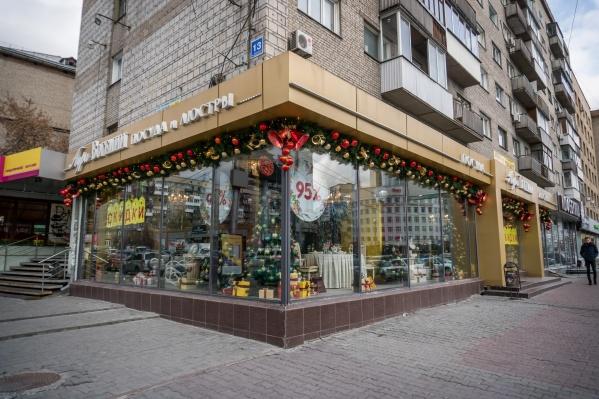 Магазин посуды и люстр «Богемия» украшен по-новогоднему уже с середины октября