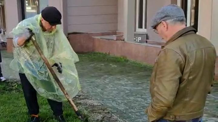 Владимир Шахрин постелил газон в центре города и устроил внезапный концерт, собрав толпу зрителей