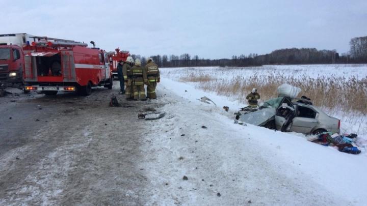 Две иномарки разбились на трассе Тюмень — Екатеринбург. Оба водителя и пассажирка скончались