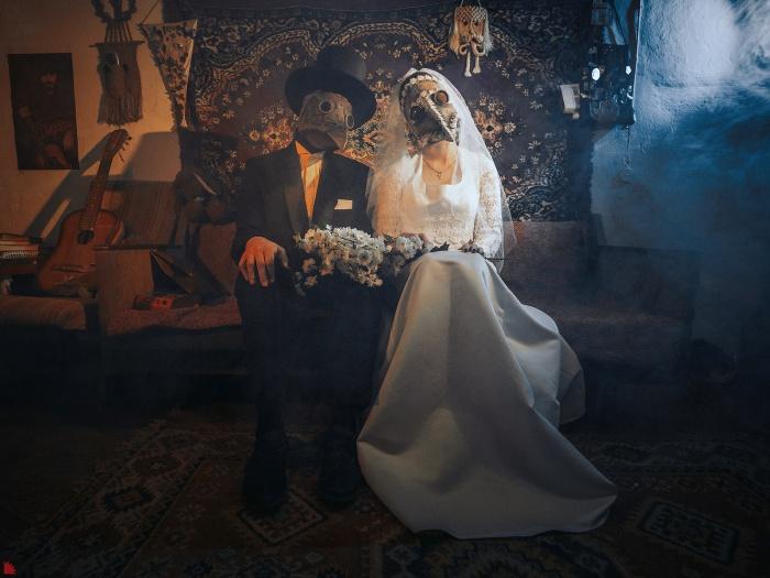 Чумные доктора решили пожениться, несмотря на произошедшую в мире катастрофу