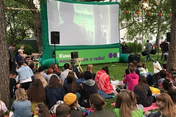 Кино под открытым небом смотрят всё лето по пятницам в Нарымском сквере