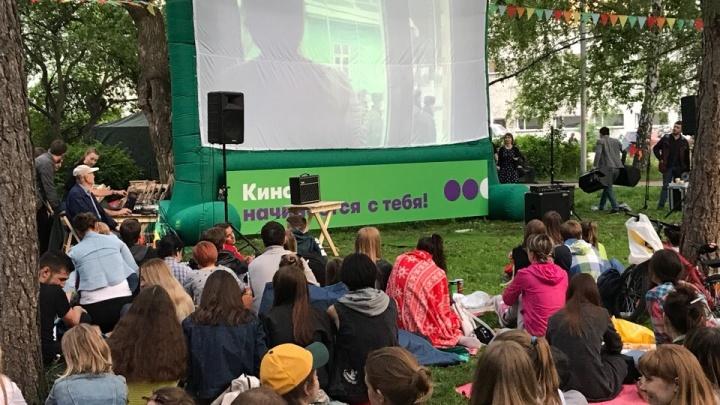 После киносеансов в Нарымском сквере на газонах появились проплешины: зрителей зовут сеять траву