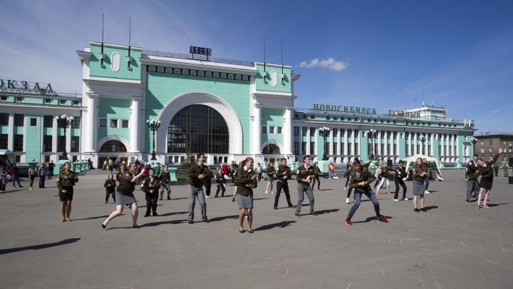 Видео: молодые проводницы станцевали перед вокзалом Новосибирск-Главный