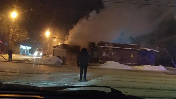 На улице Сержанта Коротаева загорелся магазин — огонь перекинулся на соседний рынок