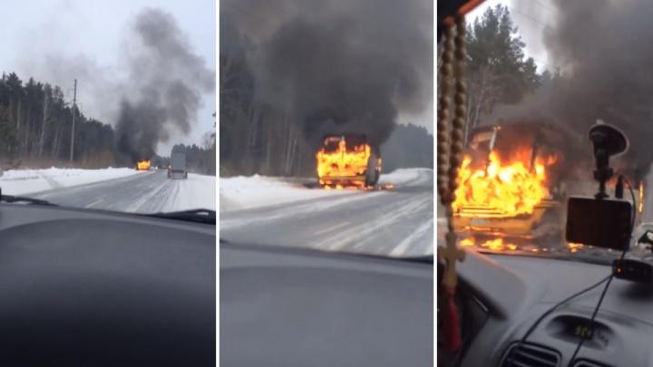 На тюменской трассе загорелся школьный автобус, в котором ехали дети