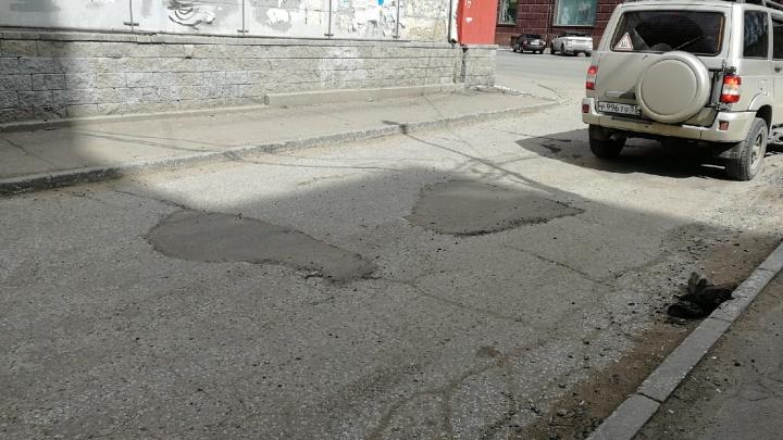 Смотрим, как профессиональные дорожники починили яму на Маркса после мальчика с лопаткой