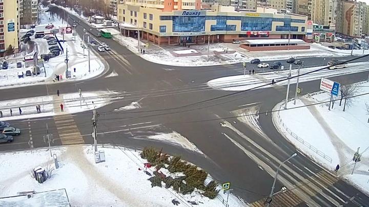 В Челябинске на перекрёстках остались десятки брошенных ёлок