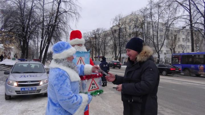 Дед Мороз и Снегурочка вручили подарки екатеринбургским водителям