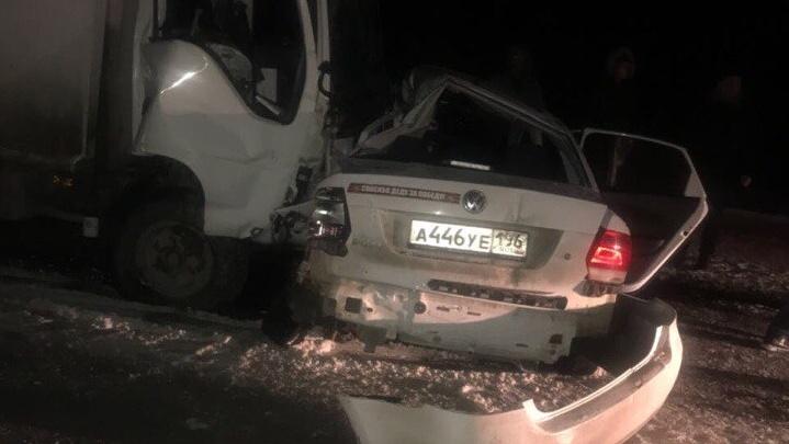 Легковушку вынесло под грузовик: на заснеженной трассе под Серовом погиб водительVolkswagen Polo
