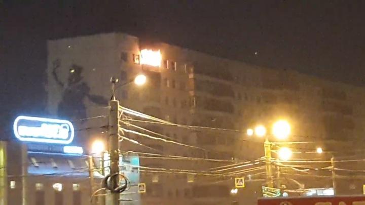 «Полыхает очень сильно»: на северо-западе Челябинска вспыхнула квартира на девятом этаже