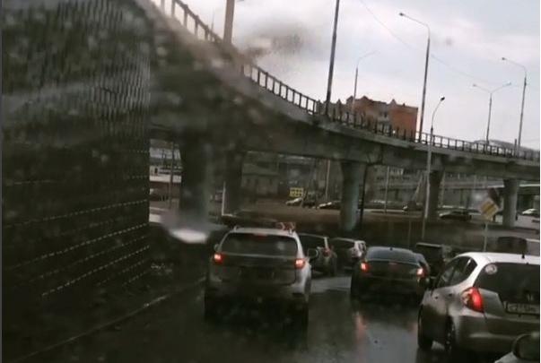 Неожиданный сюрприз: ждущих поворота на кольцо Калинина авто сверху накрывает волной грязной воды