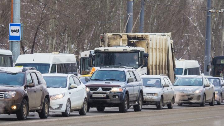 Из-за серьезного ДТП парализовало движение на Московском шоссе
