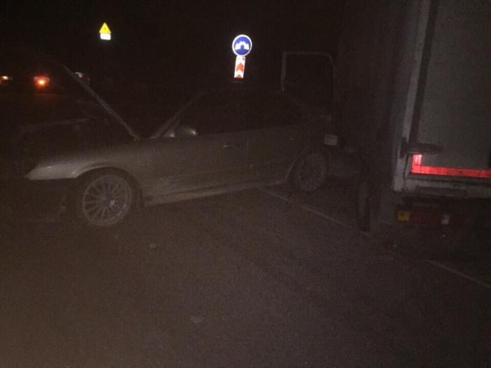 Машина врезалась в грузовик задней частью