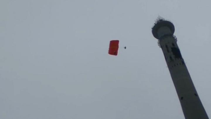 С телебашни, которую готовят к сносу, прыгнули три парашютиста