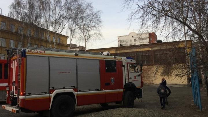 В Екатеринбурге из-за пожара в подсобке спортзала эвакуировали школу №93