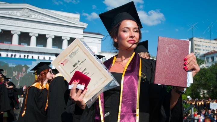 """Всем дипломы: смотрите, как """"Мисс России"""" и 5 500 выпускников УрФУ кидают в небо конфедератки"""