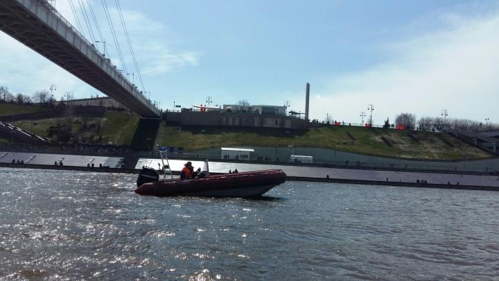 Обессилевшего тюменца, державшегося за металлическую решетку в воде, доставали из Туры спасатели