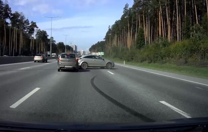 Opel занесло, когда он начал объезжать попутные машины