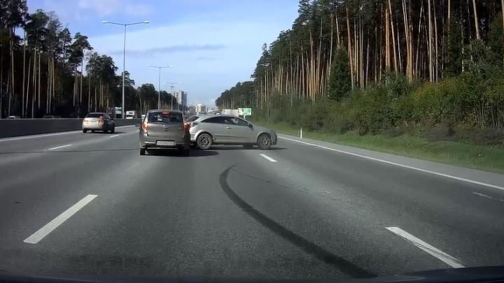 В Need for Speed переиграл? На Кольцовском тракте водитель-безумец устроил пируэты в потоке машин