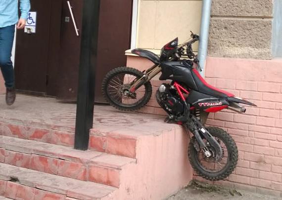 «Я паркуюсь как чудак»: плевать на полицию