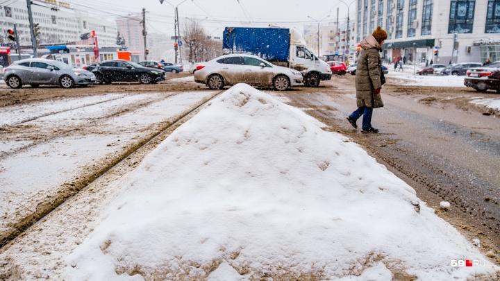 На Пермь обрушился снегопад. Смотрим, как (не) убирают город