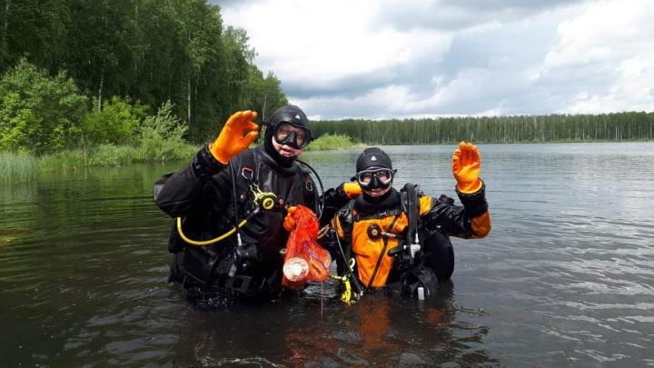 Новосибирские дайверы достали из озера 20 килограммов мусора (видео)