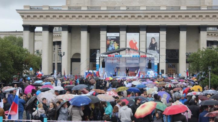Тысячи новосибирцев с зонтами пришли к оперному театру на главный праздник страны