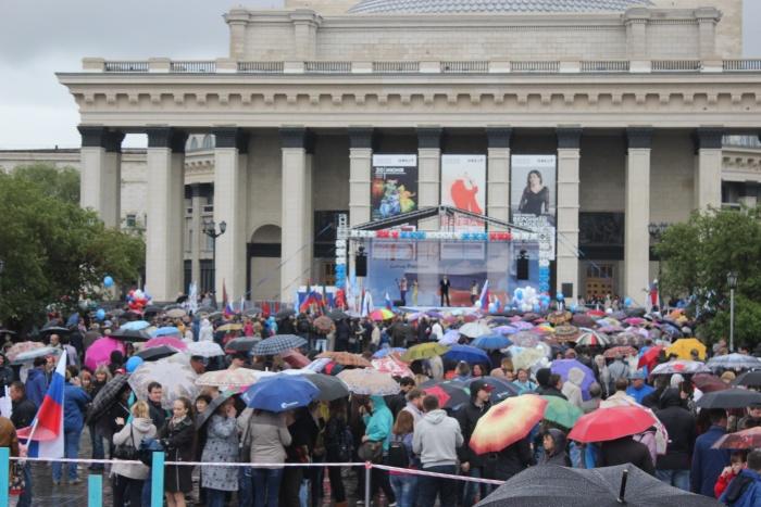 Участники митинга заполнили почти всё пространство между памятником и сценой. Фото Стаса Соколова