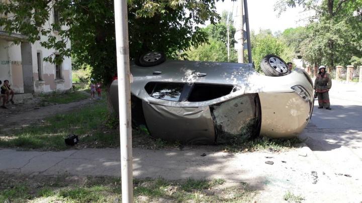 Около роддома на «стошке» Renault перевернулся на крышу после столкновения с Chery
