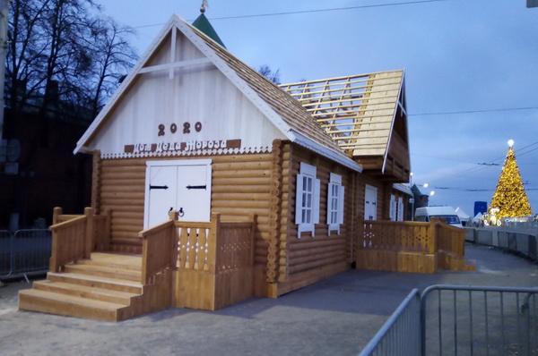 На площади Минина и Пожарского появилась резиденция Деда Мороза. Её построили заключённые