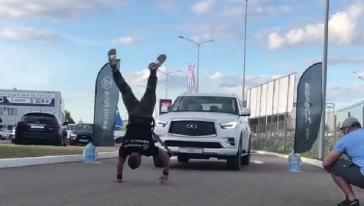 Это рекорд: житель Уфы протащил 2,5-тонную машину в стойке на руках