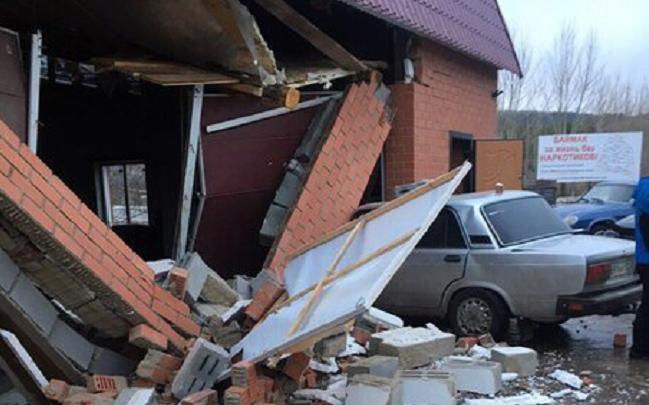 В Башкирии пьяный водитель протаранил автомобиль и снес кирпичную стену автосервиса