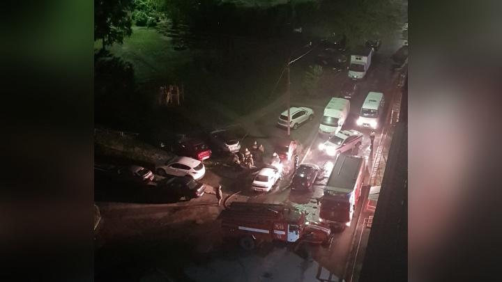 Скорая приехала последней: во дворе Рыбинска в загоревшейся машине находился человек
