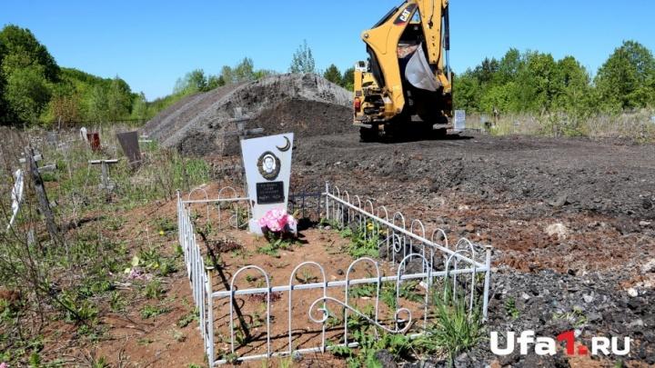 «Работаем пятый день»: с уфимского кладбища начали вывозить асфальтовые насыпи