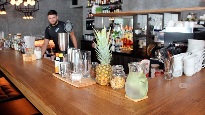 На Любинском проспекте открыли бар с питерской шавермой и супом в рюмках