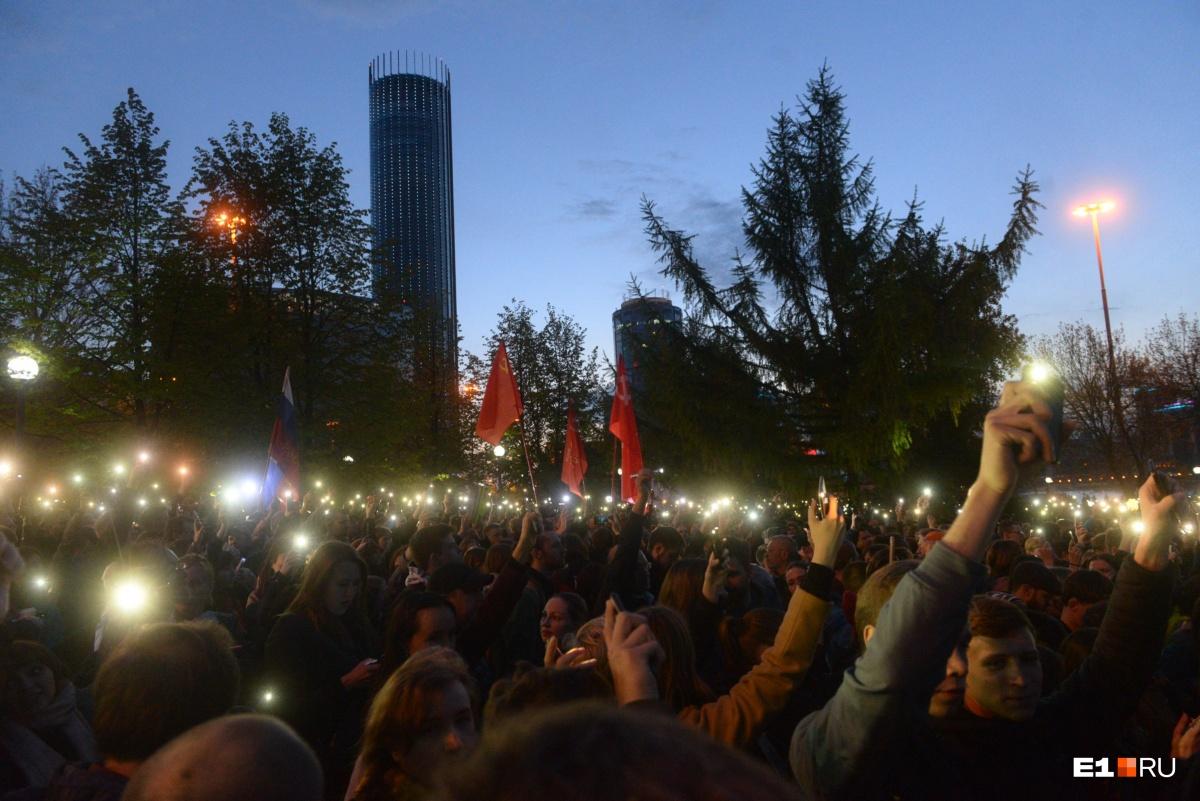 Во время протестных акций люди зажигали фонарики в защиту сквера
