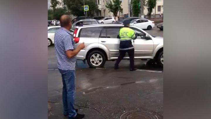 В Волгограде сотрудник ДПС пытался догнать внедорожник: видео