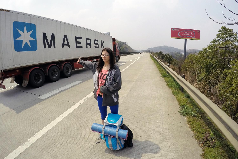 Лера во время их путешествия автостопом
