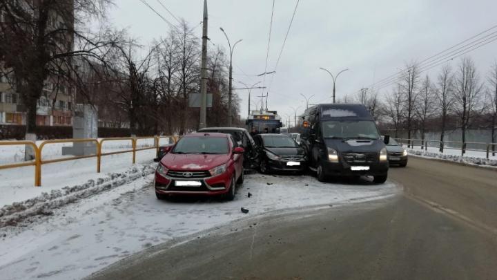 Крутой «замес»: в Самарской области водитель сбежал после ДТП с 4 машинами