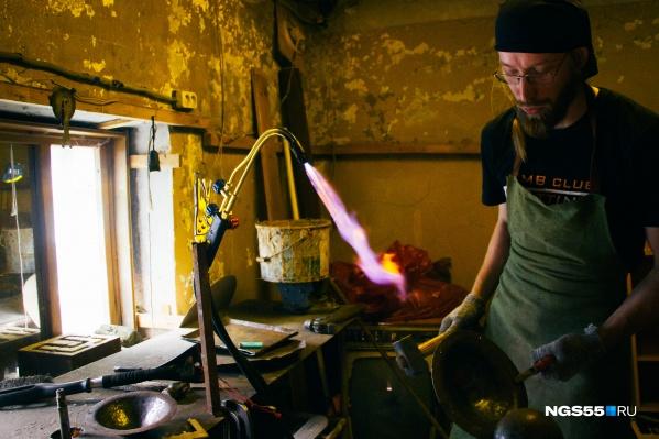 Современные кузнецы обходятся без мехов, их заменяет газовая горелка