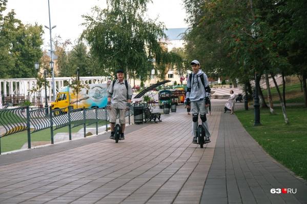 Антон и Вячеслав объездили на моноколесе несколько городов