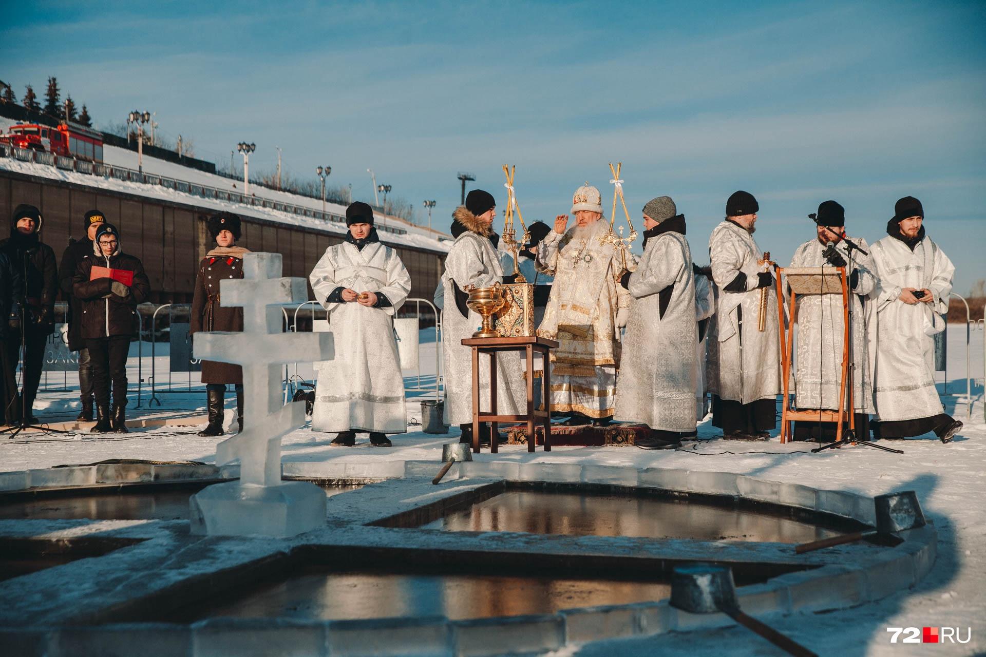 После этого в полдень купели освятил тюменский и тобольский митрополит Димитрий.&nbsp;Крещенские купания у Троицкого монастыря и в Зареке будут проходить два дня — 18 и 19 января до полуночи <br>