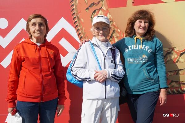 Нина Анатольевна в центре, слева от нее подруга Людмила ей 70 лет, а справа Марина — 58 лет